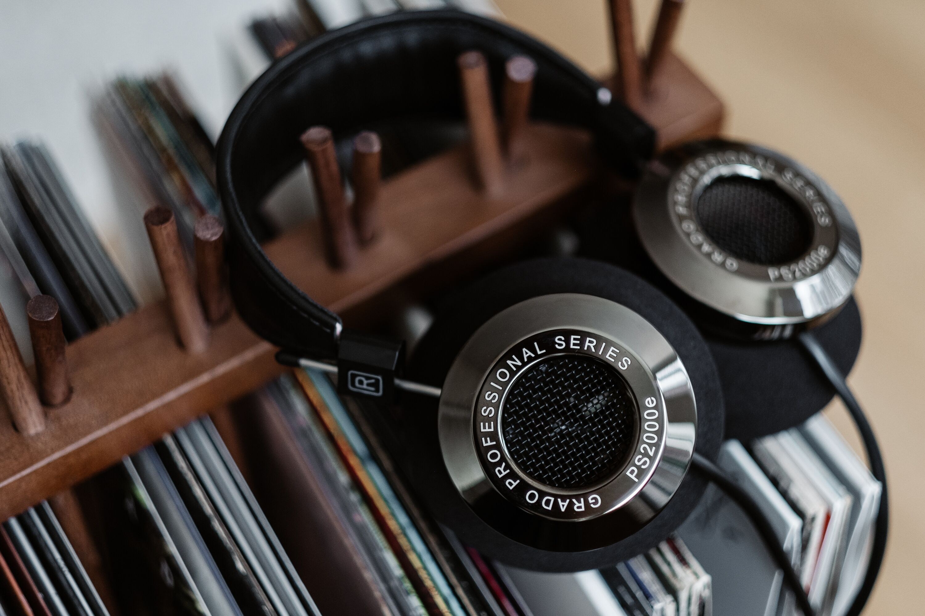 Grado-PS2000e-Headphones-with-Vinyl-Records-7